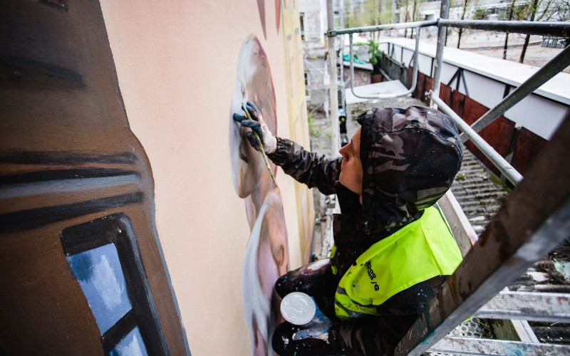 Artist painting a mural for Warsaw Spire on Plac Europejski 1 in Warsaw | Warsaw Spire | Portfolio