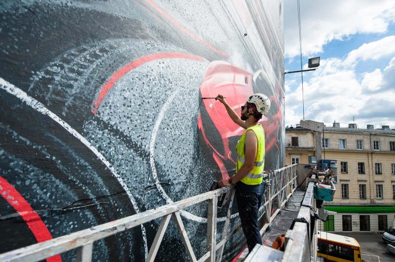 Hand painting an advertising mural on on Dom Towarowy Bracia Jablkowscy located on Bracka street in Warsaw for Mercedes-Benz Polska | Mercedes AMG | Portfolio