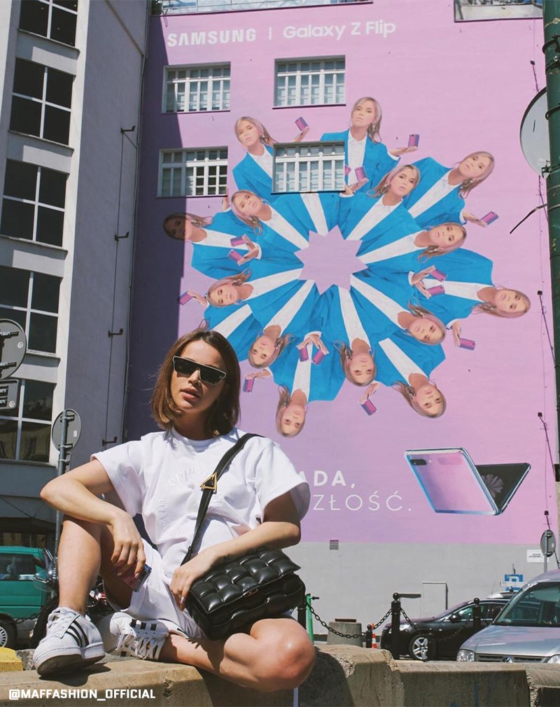 Maffashion next to the advertising mural for Samsung Polska Bracka | Samsung Galaxy Z Flip | Portfolio