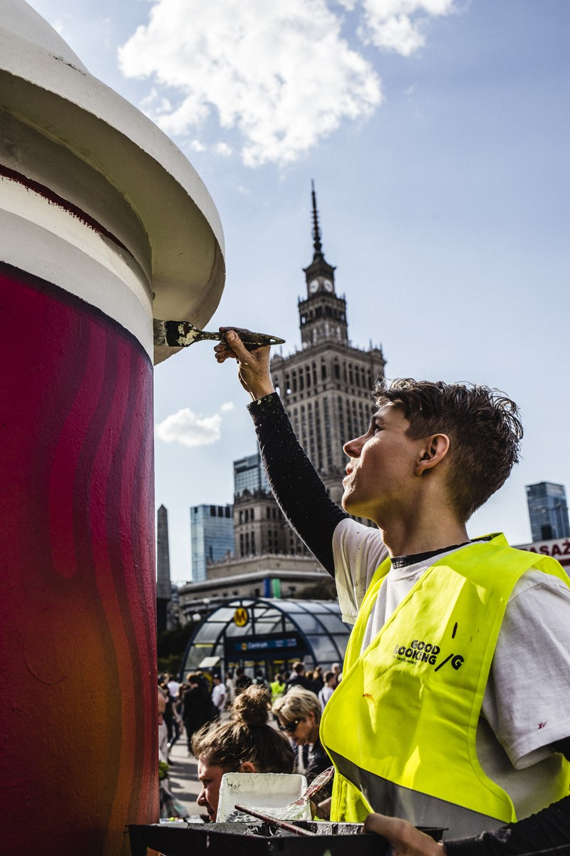 Painting an advertising column next to the Metro Centrum station in Warsaw by an Academy of Fines Arts artist nearby the Palace of Culture and Science for Costa Coffee brand | Costa Coffee's 1st Birthday | Portfolio