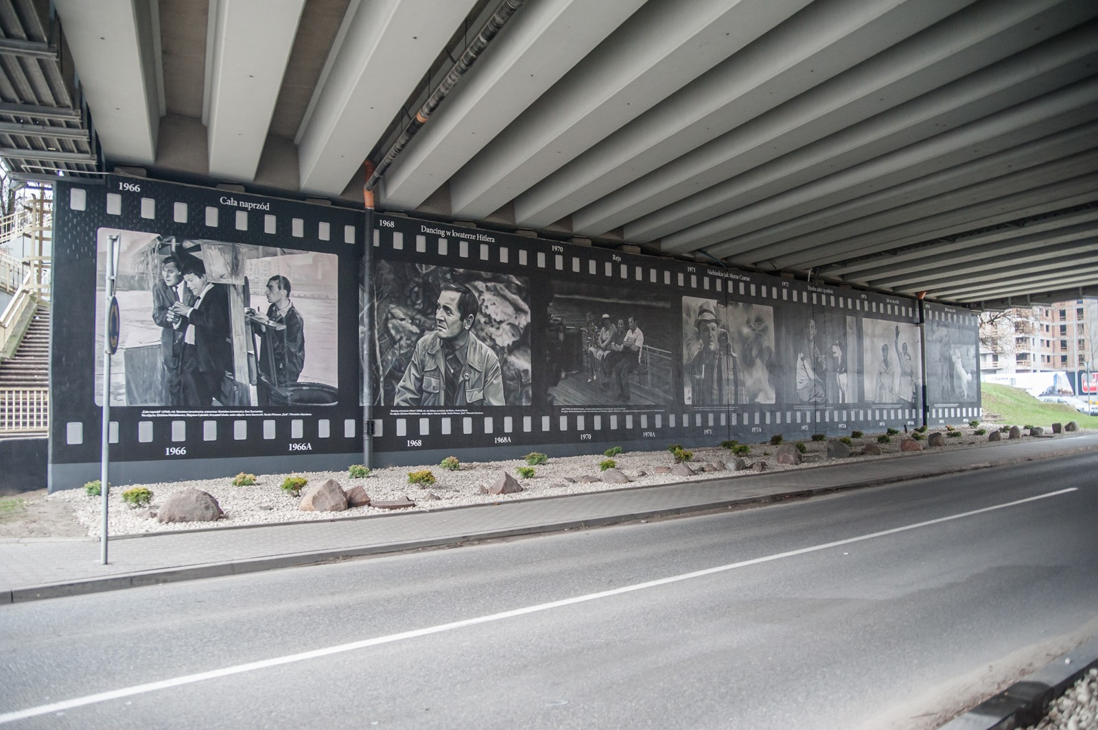 Wall painting with movie stills Klopot street in Warsaw next to Arkadia | Jan Himilsbach i Zdzislaw Maklakiewicz | Portfolio