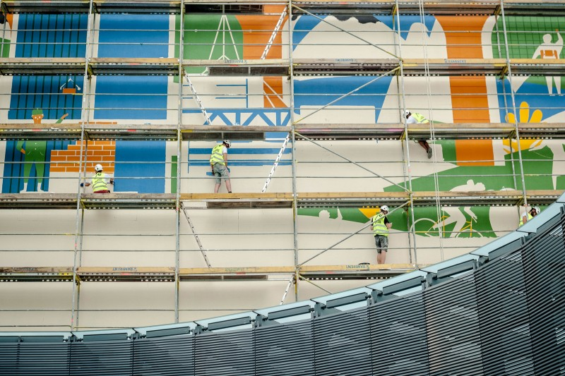 Scaffolding on a wall during mural painting on 3 Ciepla street in Warsaw | SKANSKA | Portfolio